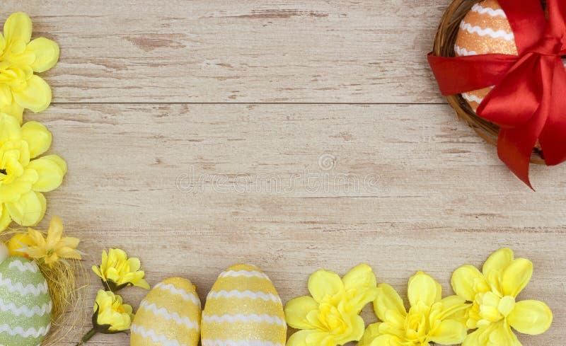 Επιγραφή με χρωματισμένα τα Πάσχα αυγά στοκ εικόνες