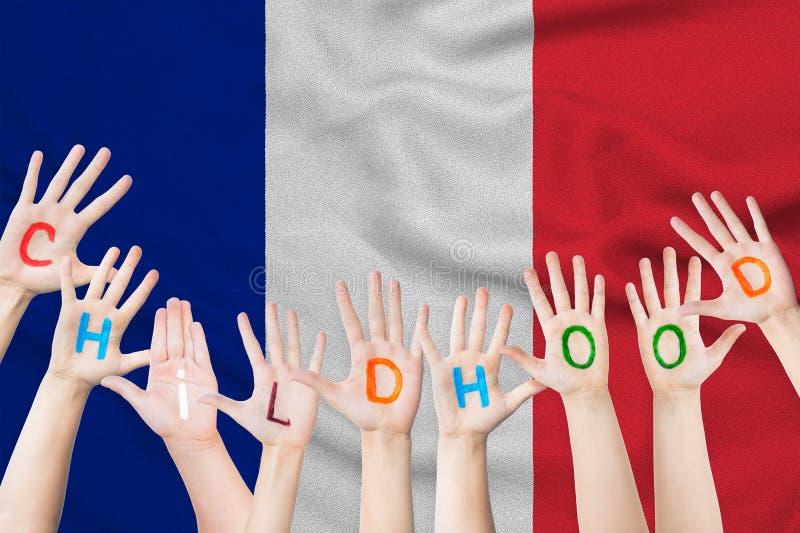 Επιγραφή παιδικής ηλικίας σε ετοιμότητα των παιδιών στα πλαίσια μιας κυματίζοντας σημαίας της Γαλλίας στοκ φωτογραφία με δικαίωμα ελεύθερης χρήσης