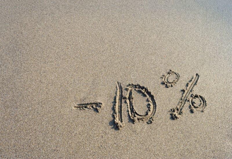 Επιγραφή στην άμμο μείον δέκα τοις εκατό, 10% στοκ φωτογραφία με δικαίωμα ελεύθερης χρήσης