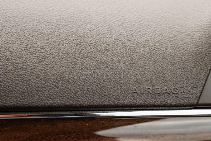 Επιγραφή στην επιτροπή του αερόσακου οχημάτων υπόβαθρο της γκρίζας κατασκευασμένης πλαστικής κινηματογράφησης σε πρώτο πλάνο στοκ φωτογραφίες με δικαίωμα ελεύθερης χρήσης