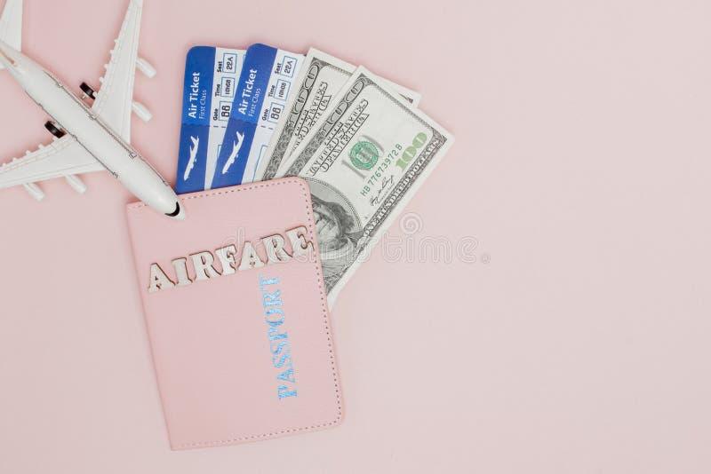 Επιγραφή airfare, αεροπλάνο, αεροπορικό εισιτήριο και χρήματα σε ένα ρόδινο υπόβαθρο r στοκ φωτογραφίες