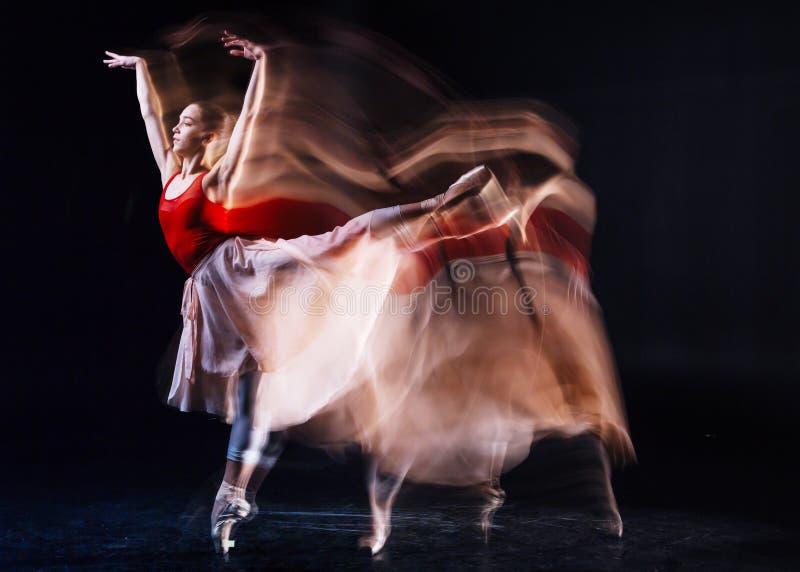 Επιδέξιο θηλυκό μπαλέτο χορού χορευτών στοκ εικόνα