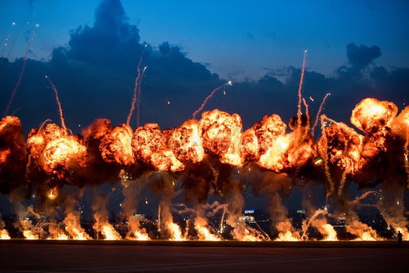 Επιδείξεις Airshow με τα φυσήματα πυρκαγιάς υψηλών εκρηκτικών υλών στοκ εικόνες