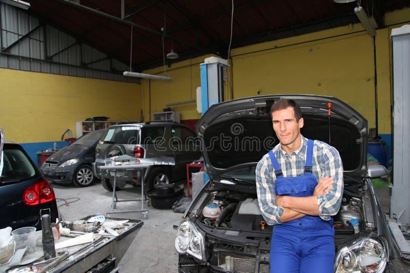 επιδιορθωτής αυτοκινήτ&o στοκ φωτογραφία με δικαίωμα ελεύθερης χρήσης