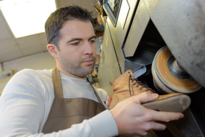 Επιδιόρθωση ενός παπουτσιού στοκ εικόνα με δικαίωμα ελεύθερης χρήσης