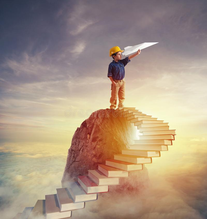 Επιδιώξτε στους προσδίδοντες γόητρο ρόλους με την αναρρίχηση μιας σκάλας των βιβλίων στοκ φωτογραφίες
