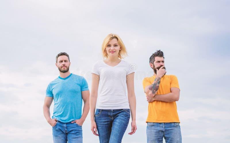 Επιδρών ηγέτης γυναικών Έννοια ηγεσίας Η γυναίκα μπροστά από τους άνδρες αισθάνεται βέβαια Κινούμενη μπροστινή αρσενική ομάδα υπο στοκ φωτογραφία