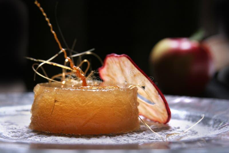Επιδόρπιο εύγευστων μήλων με την κρέμα πουτίγκας στοκ εικόνες