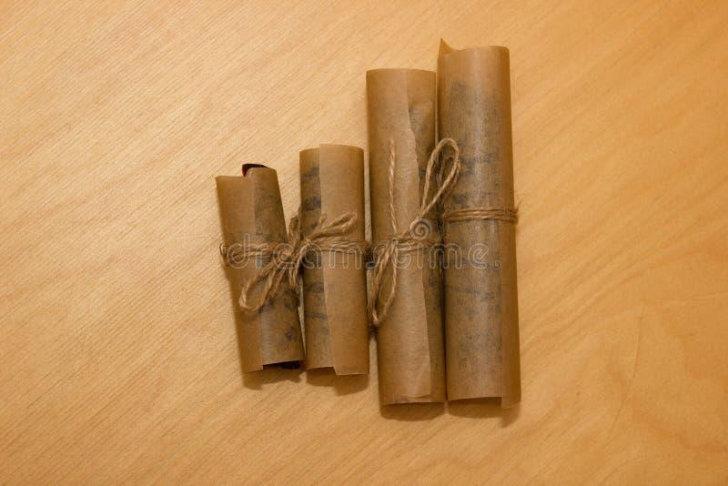 Επιδόρπιο κολλών ρόλων που τυλίγεται στο έγγραφο κεριών που δένεται με το σπάγγο στοκ φωτογραφία με δικαίωμα ελεύθερης χρήσης