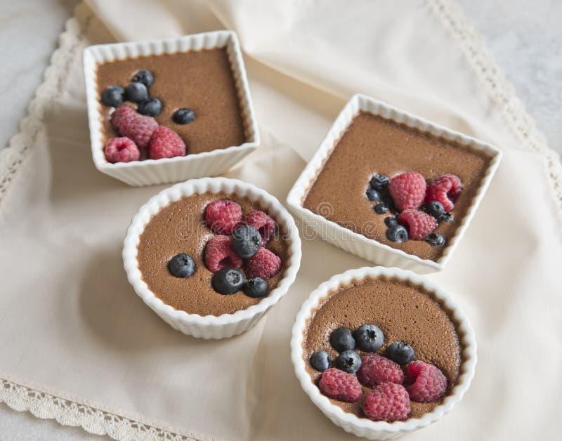 Επιδόρπιο σοκολάτας με τα μούρα στο υπόβαθρο μιας όμορφης μπεζ πετσέτας στοκ εικόνα με δικαίωμα ελεύθερης χρήσης