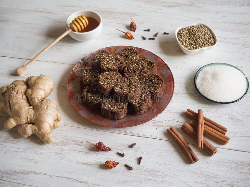 Επιδόρπιο των σπόρων κάνναβης Συστατικά για την κατασκευή των ρόλων Superfood σε έναν άσπρο ξύλινο πίνακα στοκ εικόνα με δικαίωμα ελεύθερης χρήσης
