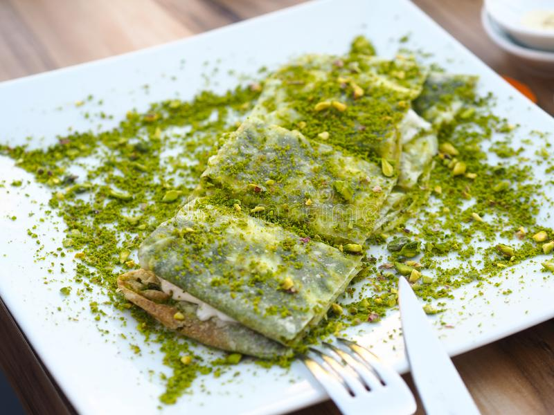 Επιδόρπιο Katmer της περιοχής της Τουρκίας Gaziantep Προετοιμασμένος με το λεπτό επιδόρπιο ζύμης με το παγωτό και το πράσινο φυστ στοκ εικόνες