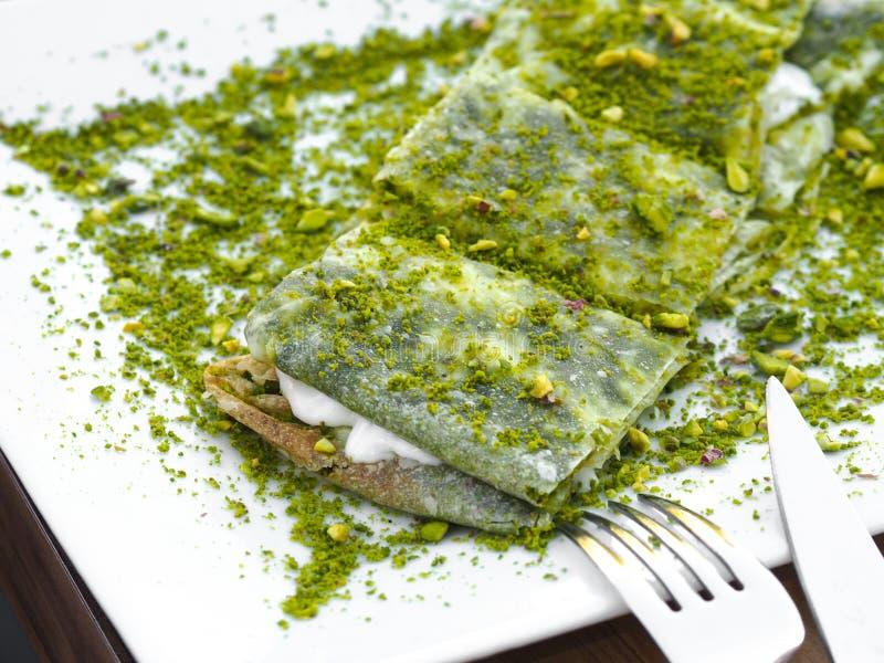 Επιδόρπιο Katmer της περιοχής της Τουρκίας Gaziantep Προετοιμασμένος με το λεπτό επιδόρπιο ζύμης με το παγωτό και το πράσινο φυστ στοκ εικόνα
