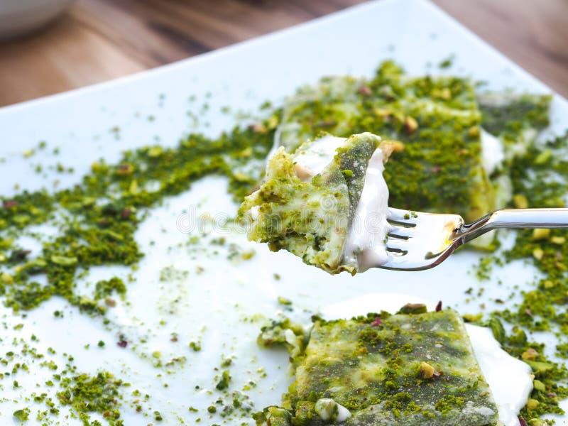 Επιδόρπιο Katmer της περιοχής της Τουρκίας Gaziantep Προετοιμασμένος με το λεπτό επιδόρπιο ζύμης με το παγωτό και το πράσινο φυστ στοκ φωτογραφία