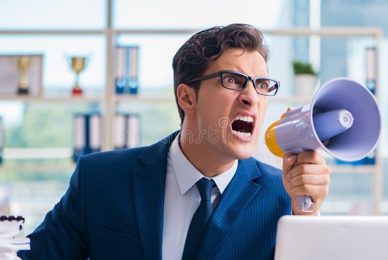 0 επιθετικός επιχειρηματίας με το μεγάφωνο bullhorn στην αρχή στοκ φωτογραφίες