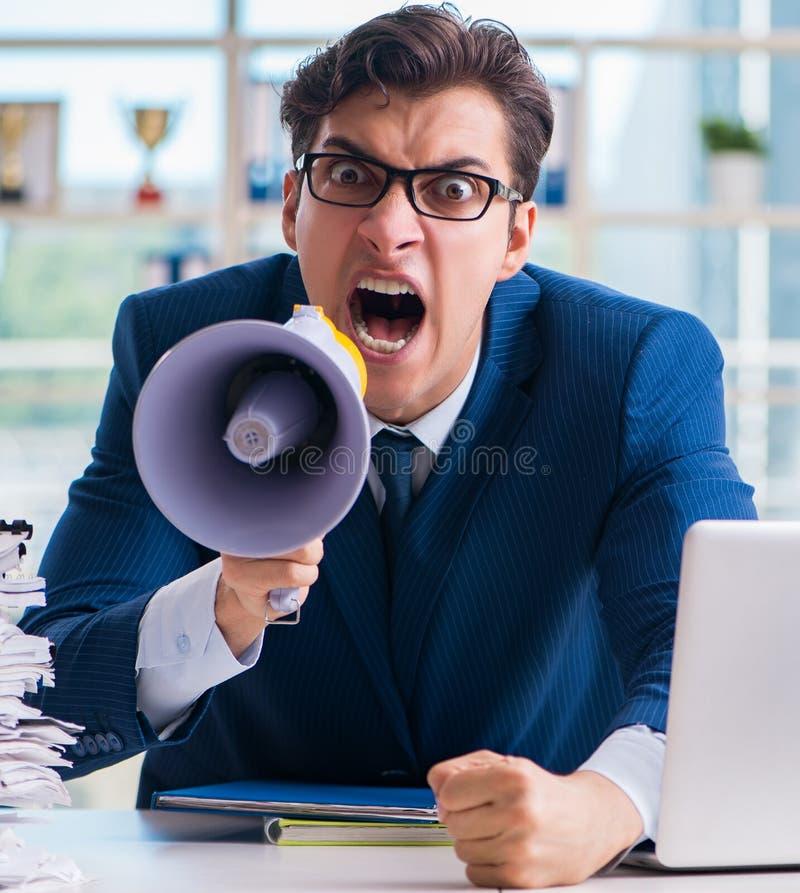 0 επιθετικός επιχειρηματίας με το μεγάφωνο bullhorn στην αρχή στοκ εικόνες με δικαίωμα ελεύθερης χρήσης