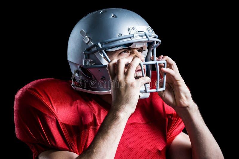 Επιθετικό κράνος εκμετάλλευσης φορέων αμερικανικού ποδοσφαίρου στοκ φωτογραφίες