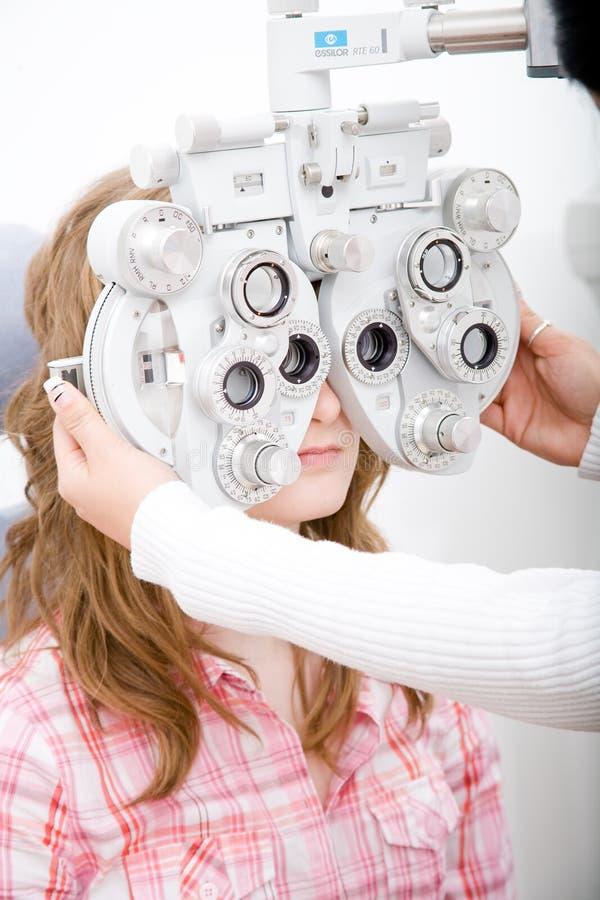 επιθεωρήστε τον ασθενή οφθαλμολογίας εργασίας στοκ φωτογραφία με δικαίωμα ελεύθερης χρήσης