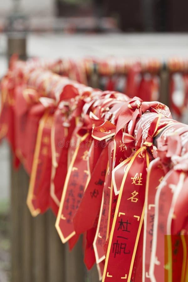 Επιθυμία των κορδελλών που κρεμούν σε έναν ναό Buhhist, Πεκίνο, Κίνα στοκ εικόνες