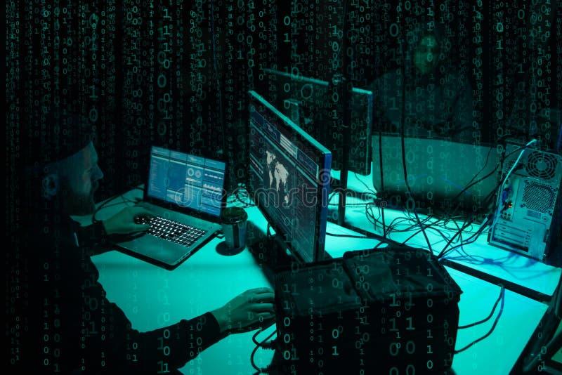 Επιθυμητοί χάκερ που κωδικοποιούν τον ιό ransomware που χρησιμοποιεί τα lap-top και τους υπολογιστές Επίθεση Cyber, σπάσιμο συστη στοκ φωτογραφία με δικαίωμα ελεύθερης χρήσης