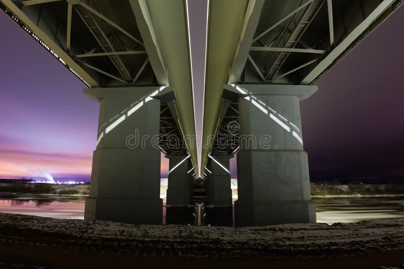 Επική άποψη από κάτω από τη γέφυρα και το χειμερινό τοπίο νύχτας στοκ εικόνες