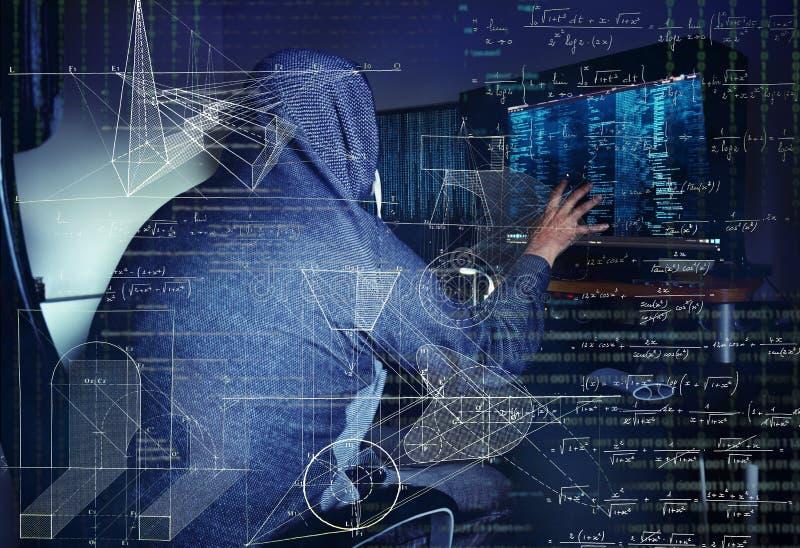 Επικίνδυνα stealing στοιχεία χάκερ - βιομηχανική έννοια κατασκοπείας στοκ εικόνες