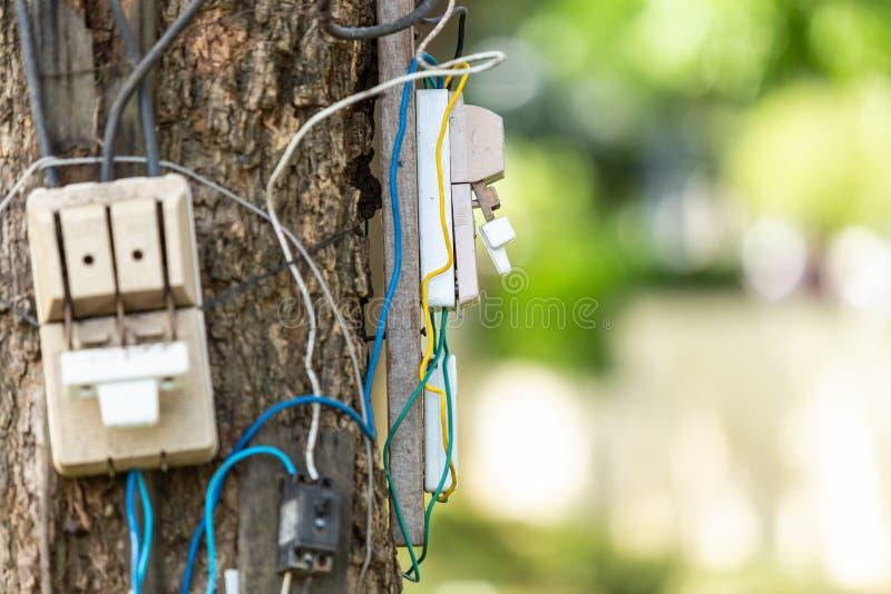Επικίνδυνη ηλεκτρική οργάνωση καλωδίων και εξοπλισμού στο δέντρο στοκ φωτογραφία με δικαίωμα ελεύθερης χρήσης