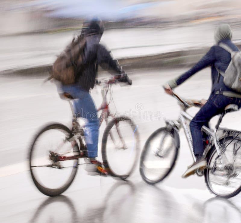 Επικίνδυνη κατάσταση κυκλοφορίας ποδηλάτων στο δρόμο στη βροχερή ημέρα στοκ εικόνα