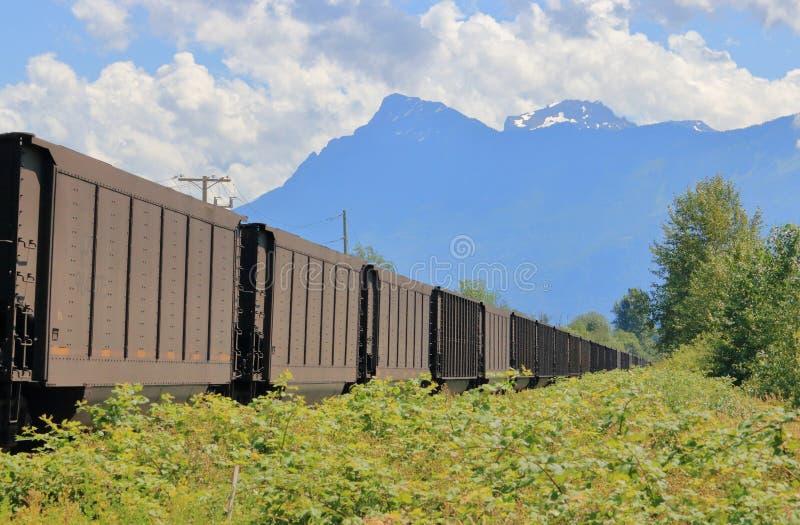 Επικίνδυνη μεταφορά ραγών μέσω των βουνών στοκ φωτογραφίες