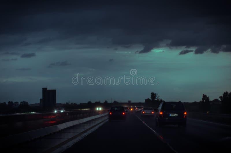 Επικίνδυνη ολισθηρή εθνική οδός τη νύχτα στοκ εικόνες