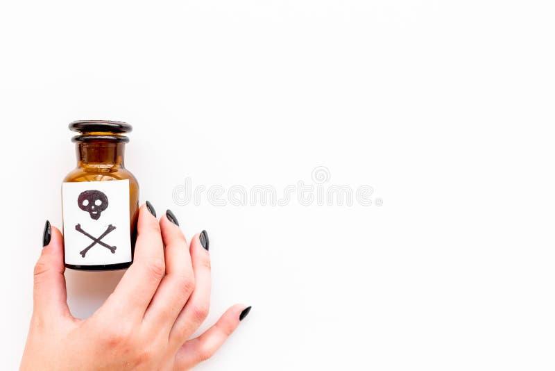 Επικίνδυνοι εθισμοί, επικίνδυνη ψυχαγωγία δηλητήριο Θηλυκό μπουκάλι λαβής χεριών με το κρανίο και crossbones στο λευκό στοκ φωτογραφία με δικαίωμα ελεύθερης χρήσης