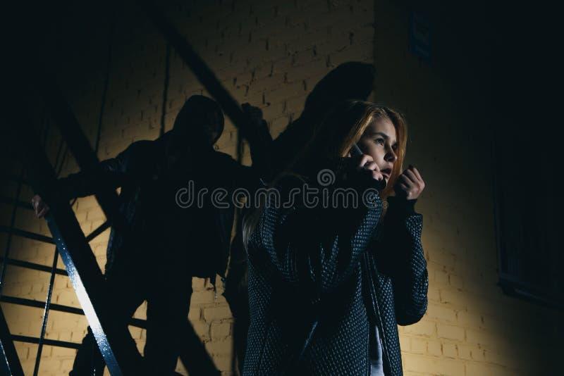 Επικίνδυνος άνδρας και νέα γυναίκα η έννοια του εγκλήματος η έννοια της ληστείας στοκ εικόνες