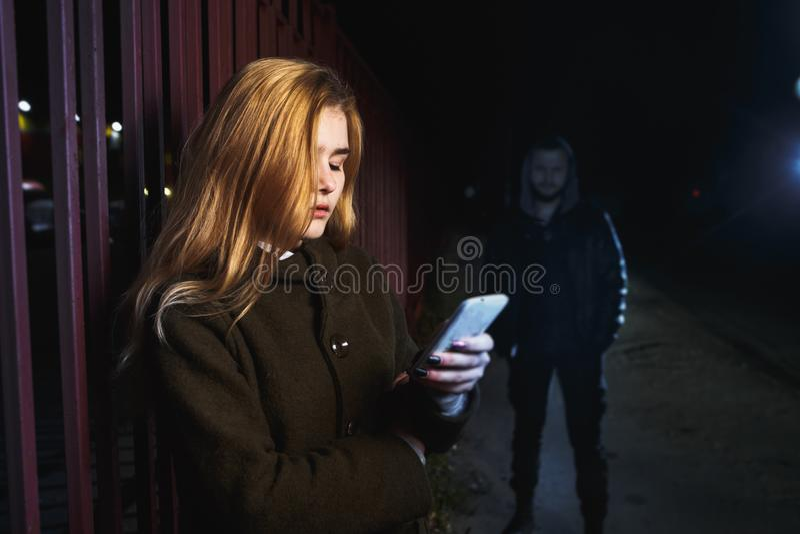 Επικίνδυνος άνδρας και νέα γυναίκα στοκ φωτογραφίες με δικαίωμα ελεύθερης χρήσης