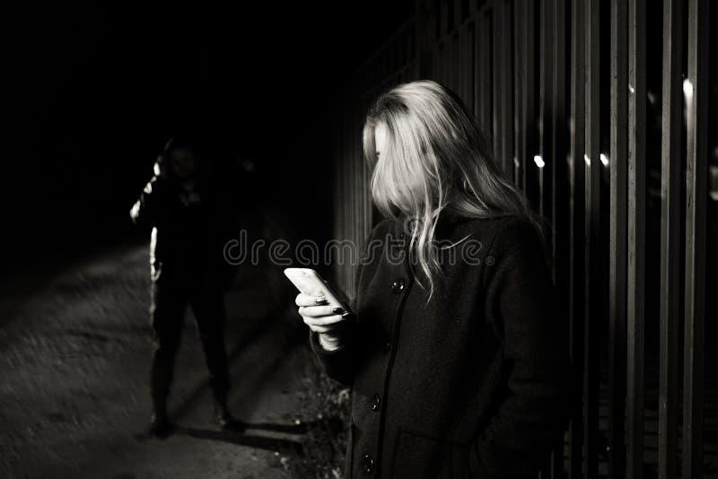 Επικίνδυνος άνδρας και νέα γυναίκα στοκ εικόνες με δικαίωμα ελεύθερης χρήσης
