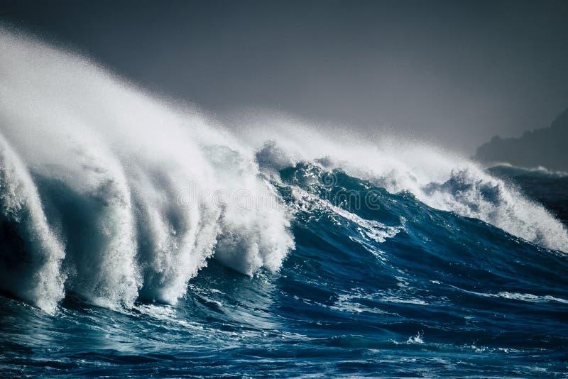 Επικίνδυνος ισχυρός άσπρος αφρός παφλασμών ενεργειακών κυμάτων μεγάλος και μπλε βαθιά νερά - ωκεάνεια κλιματική αλλαγή θύελλας κα στοκ εικόνες