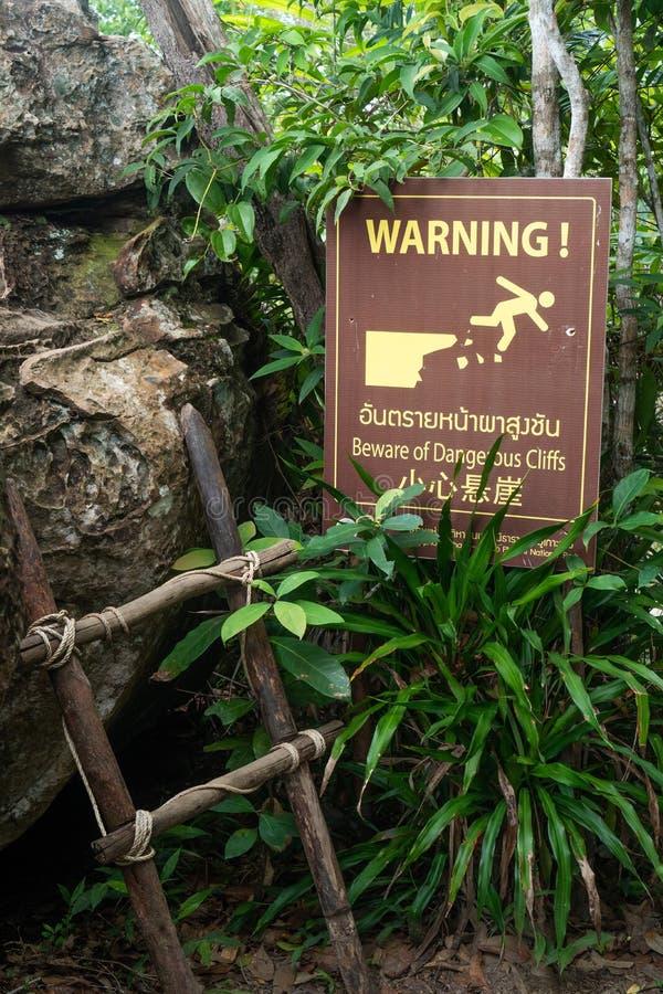 Επικίνδυνο προειδοποιητικό σημάδι απότομων βράχων στοκ εικόνα