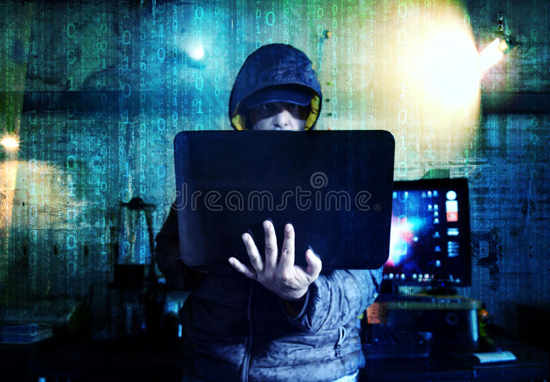 Επικίνδυνα stealing στοιχεία χάκερ - έννοια στοκ φωτογραφίες με δικαίωμα ελεύθερης χρήσης