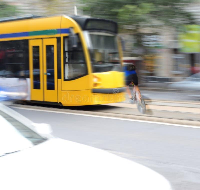Επικίνδυνη κατάσταση κυκλοφορίας πόλεων με τον ποδηλάτη και το τραμ στοκ φωτογραφία