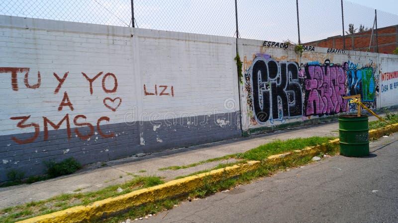 Επικίνδυνος εγκαταλείψτε την οδό με τα γκράφιτι στοκ εικόνες