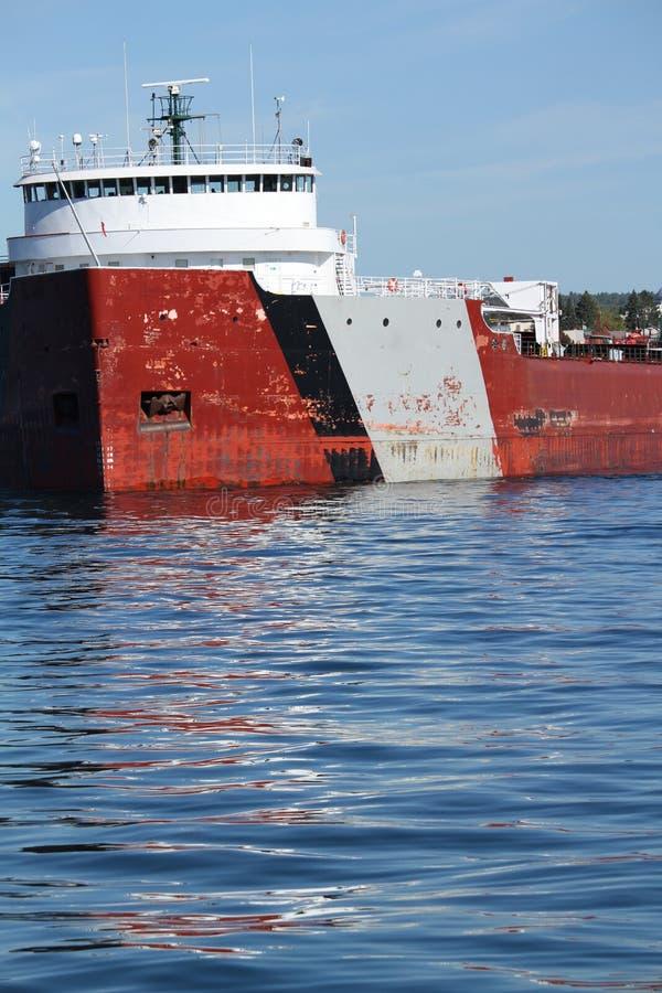 Επικείμενος στενός πυροβολισμός του φορτηγού πλοίου που αφήνει το λιμένα στη λίμνη ανώτερη Μινεσότα στοκ εικόνες