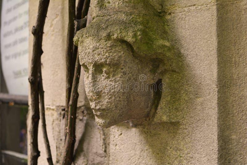 Επικεφαλής διακόσμηση Angel's στον παλαιό τοίχο της εκκλησίας, το μουσείο κήπων στο Λονδίνο στοκ εικόνες
