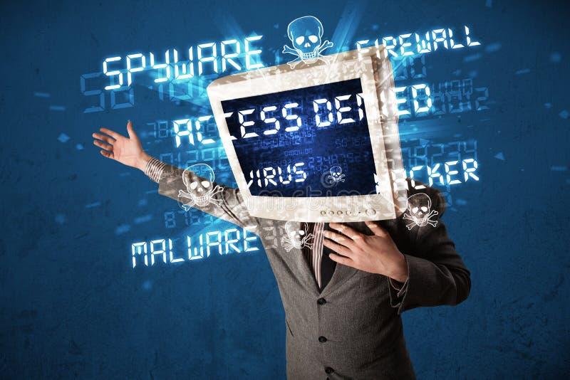 Επικεφαλής πρόσωπο οργάνων ελέγχου με τον τύπο χάκερ σημαδιών στην οθόνη στοκ φωτογραφία με δικαίωμα ελεύθερης χρήσης