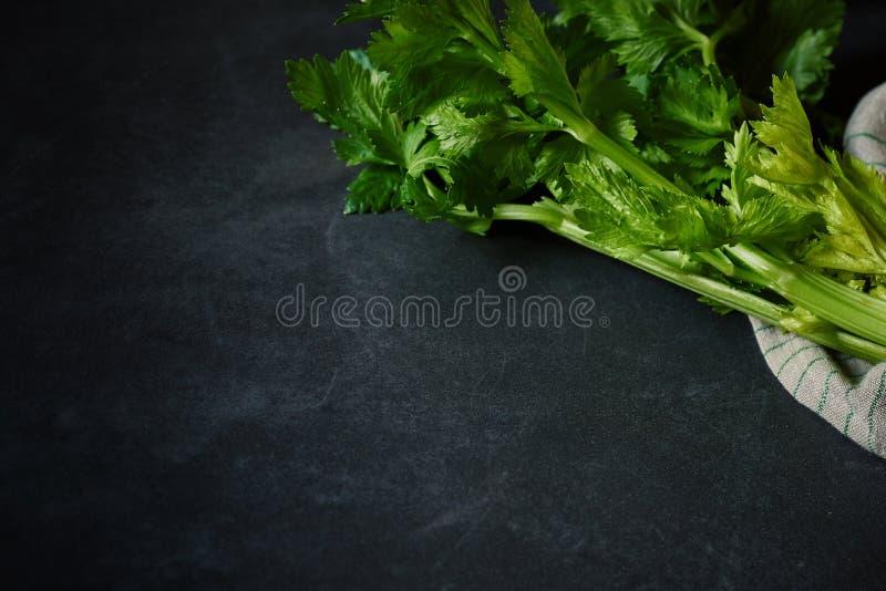 Επικεφαλής του φρέσκου πράσινου σέλινου με τους μίσχους και τα φύλλα στοκ φωτογραφία με δικαίωμα ελεύθερης χρήσης