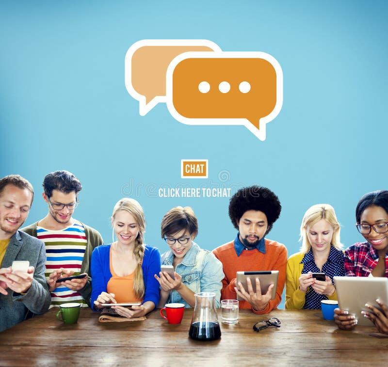 Επικοινωνήστε ότι κοινωνικοποιήστε τη συζήτηση συνδέει την έννοια τεχνολογίας στοκ εικόνες