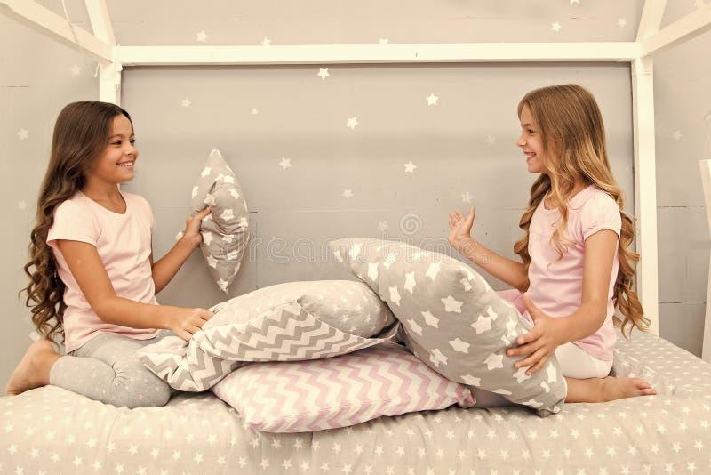 Επικοινωνία αδελφών Τα παιδιά χαλαρώνουν και έχοντας τη διασκέδαση το βράδυ Ελεύθερος χρόνος αδελφών Τα κορίτσια στις χαριτωμένες στοκ φωτογραφίες