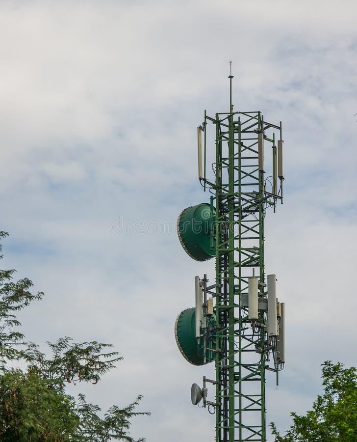Επικοινωνία και ραδιο πύργος ή κινητός τηλεφωνικός σταθμός βάσης σε Ταϊλανδό στοκ φωτογραφία