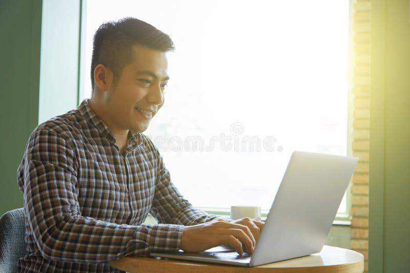 Επικοινωνία στο lap-top στοκ φωτογραφία με δικαίωμα ελεύθερης χρήσης