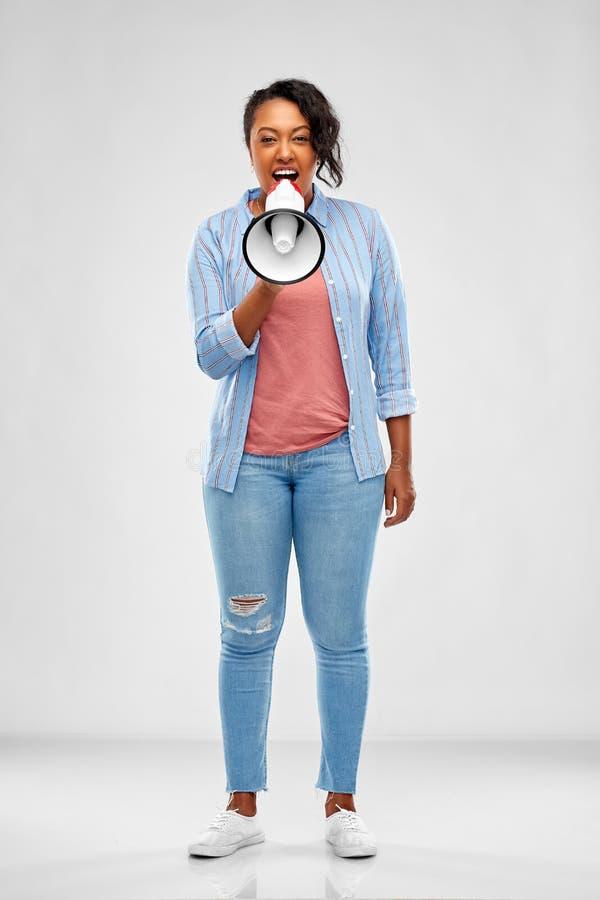 Γυναίκα αφροαμερικάνων πέρα από το γκρίζο υπόβαθρο στοκ φωτογραφία με δικαίωμα ελεύθερης χρήσης