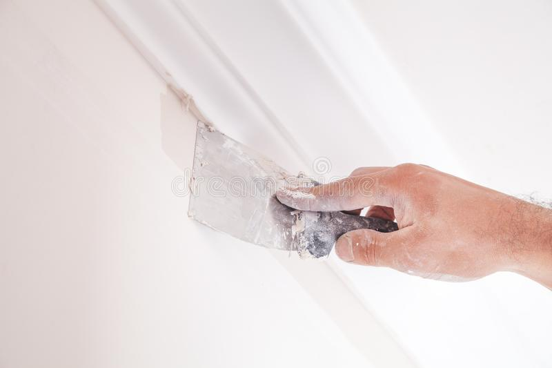 Επικονίαση του τοίχου με spatula στοκ φωτογραφίες με δικαίωμα ελεύθερης χρήσης