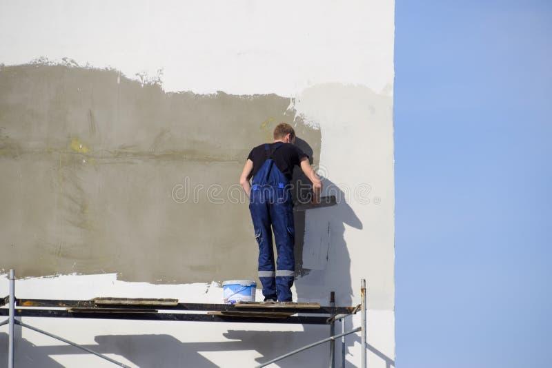 Επικονιασμένος οικοδόμοι τοίχος γυψαδόρων σε ένα εμπορικό κτήριο Wor στοκ εικόνα με δικαίωμα ελεύθερης χρήσης